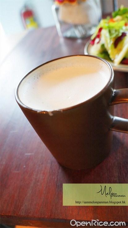 鮮奶打成泡沫狀的,喝下去非常非常CREAMY,感覺很幸福!