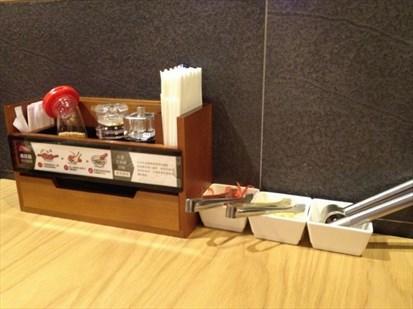 調味料都是整齊、乾淨地排列在桌上