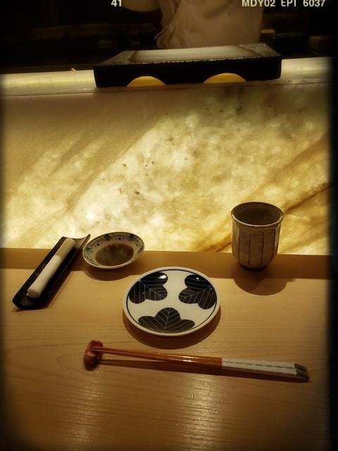 餐桌上有齊備嘅餐具、醬油及熱茶